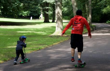 Kindersport und Training mit Jugendlichen in Stuttgart. Skateboard und Roller im Park.