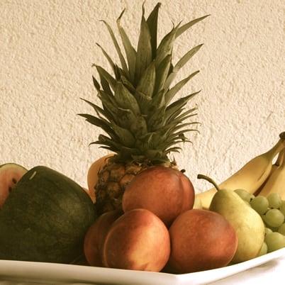 Richtige Ernährung. Frisches Obst auf Teller.