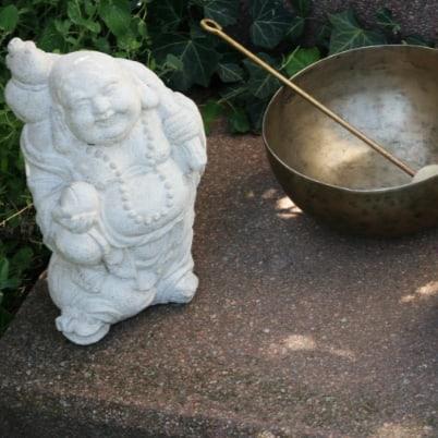 Entspannung tut gut. Buddhafigur und Klangschale.